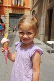 户外吃冰淇凌的女孩 库存照片
