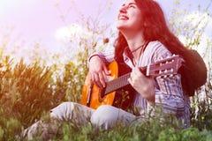 户外启发和青年概念女性音乐家 免版税库存照片