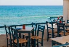 户外咖啡馆,海视图 免版税库存图片