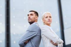 户外商人和女实业家 免版税图库摄影