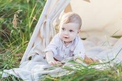 户外圆锥形帐蓬的一个年逗人喜爱的男孩 库存照片