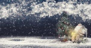 户外圣诞老人在降雪运载的圣诞树旁边 免版税库存图片