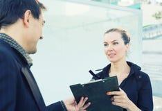 户外在商业中心附近的业务会议 免版税图库摄影