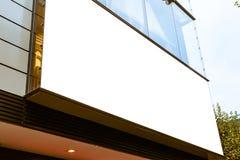 户外城市空白的广告牌白色被隔绝的阴暗天气Mo 免版税库存图片