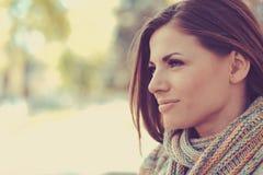 户外城市街道背景的美丽的愉快的妇女 免版税库存照片