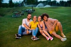 户外基于绿草的射击了骑自行车者 库存照片