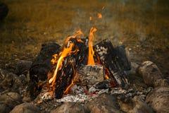 户外大营火、篝火与灼烧的煤炭和火焰 图库摄影