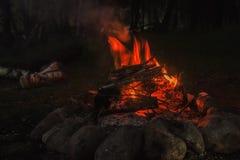 户外大营火、篝火与灼烧的煤炭和火焰 免版税库存照片