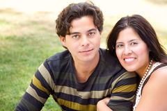 户外夫妇英俊的讲西班牙语的美国人&# 库存图片