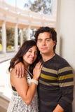 户外夫妇讲西班牙语的美国人纵向 免版税库存照片