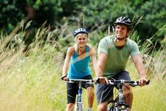 户外夫妇mountainbike 免版税库存图片