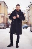 户外夹克的英俊的有胡子的人 雪冷气候 免版税库存图片