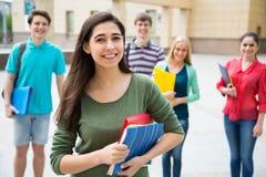 户外女学生与她的朋友 免版税库存照片