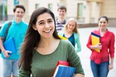 户外女学生与她的朋友 免版税图库摄影