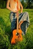 户外女孩吉他 免版税图库摄影