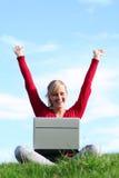 户外女孩膝上型计算机使用 免版税库存照片
