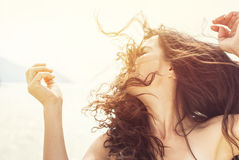 户外女孩 吹的头发风 免版税图库摄影