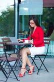 户外女实业家咖啡馆 图库摄影