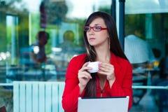 户外女实业家咖啡馆 免版税图库摄影