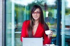 户外女实业家咖啡馆 免版税库存照片