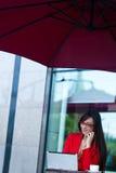 户外女实业家咖啡馆 免版税库存图片