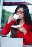 户外女实业家咖啡馆 库存照片