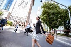 户外女实业家在现代城市 免版税图库摄影