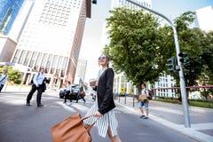 户外女实业家在现代城市 免版税库存照片