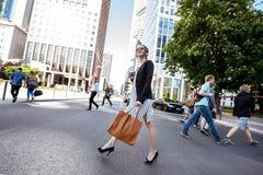 户外女实业家在现代城市 库存图片