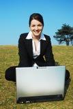 户外女实业家工作 免版税图库摄影
