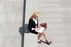 户外女实业家膝上型计算机使用 免版税库存照片