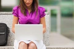 户外女实业家膝上型计算机使用 库存图片