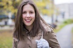 户外女性大学生画象在校园里 免版税库存图片