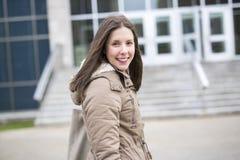 户外女性大学生画象在校园里 库存照片