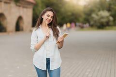 户外女性大学生画象在校园里 库存图片