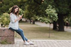 户外女性大学生画象在校园里 免版税库存照片