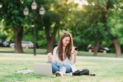 户外女性大学生画象在校园里 免版税图库摄影