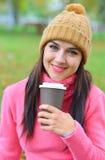 户外妇女与一杯咖啡 免版税库存图片
