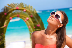 户外妇女在海滩的婚礼 免版税库存图片