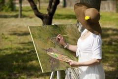 户外妇女绘画 免版税库存图片