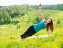 户外妇女锻炼年轻人 背景美好的做的本质向量 免版税库存图片