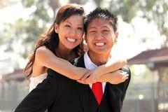 户外婚姻年轻人的夫妇 免版税库存照片