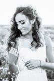 户外婚礼礼服的少妇 一个领域的美丽的新娘在日落 黑色白色 库存图片