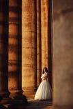 户外婚礼礼服的美丽的新娘在城堡附近 库存照片