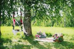 户外婚礼装饰在夏天开花和摇摆 库存照片