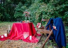 户外婚礼装饰 与伯根地桌布的装饰的桌一顿浪漫晚餐的 免版税库存图片
