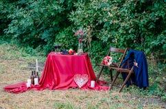户外婚礼装饰 杯酒、板材用果子和花卉装饰在桌上 库存照片