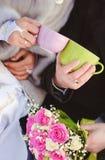 户外婚姻冬天的新娘新郎 免版税图库摄影