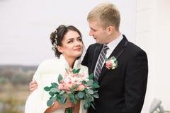 户外婚姻的夫妇互相拥抱 白色礼服的美丽的式样女孩 诉讼的人 有新郎的秀丽新娘 女性a 库存照片