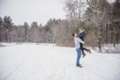 户外嬉戏的年轻夫妇在冬天 免版税库存图片